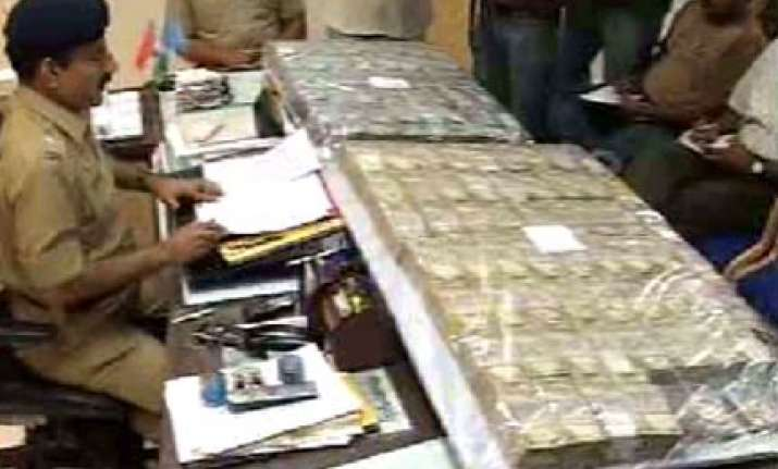 pune police seizes rs 1.5 crore cash from luxury bus