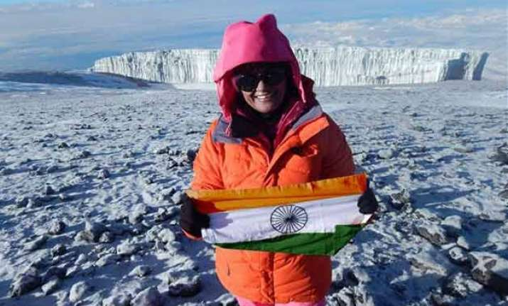 up s woman ips officer scales europe s highest mountain peak