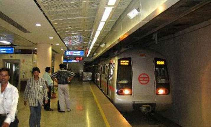 thousands of commuters stranded as metro overhead electric