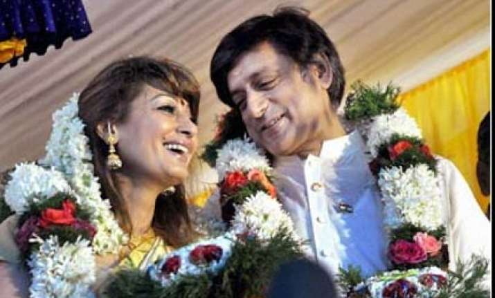 tharoor s honeymoon trip starts with technical snag