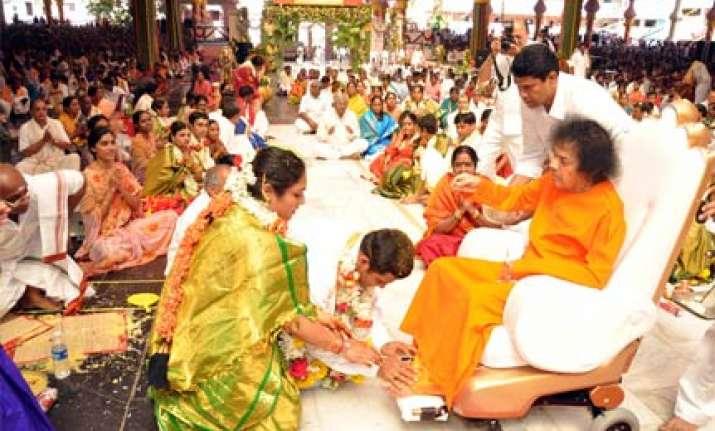 sathya sai baba blesses 85 couples at a wedding