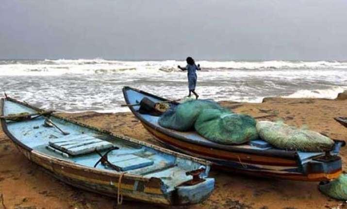 sri lankan navy hurls petrol bombs at tamil nadu fishing