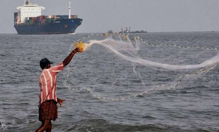 sri lanka navy arrests 19 tn fishermen