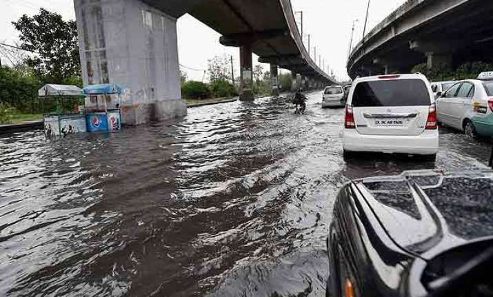 delhi witnesses traffic jam due to heavy downpour