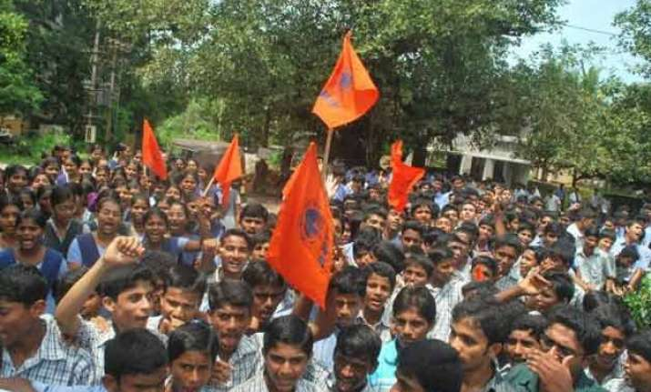 several injured as police lathicharge abvp protesters in