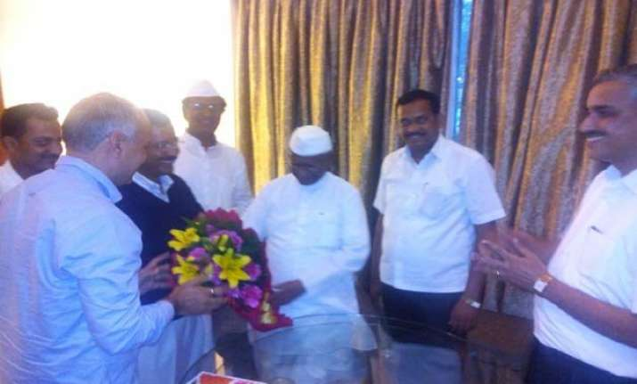 arvind kejriwal to join anna hazare to protest against land