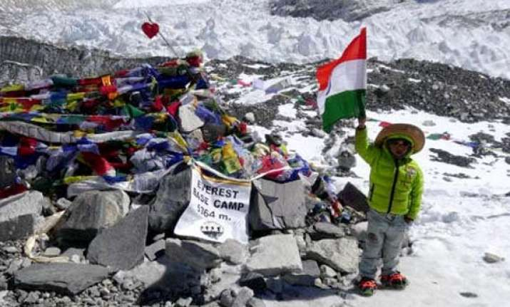 five year old indian treks up to everest base camp
