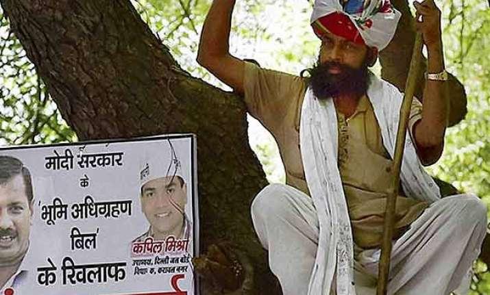 delhi police blames aap for farmer gajendra singh s suicide