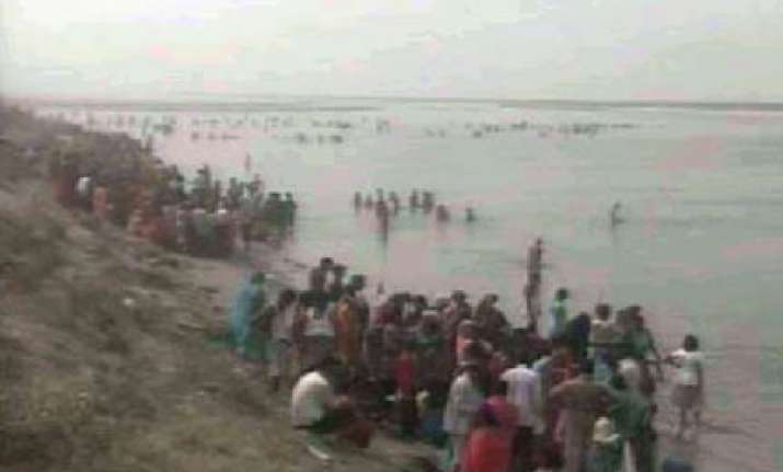 35 feared drowned as boat capsizes in ganga