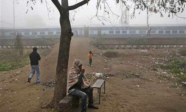 cloudy morning in delhi 41 trains running late