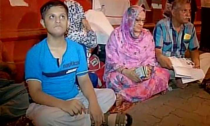 pakistani family refused accommodation in mumbai leaves