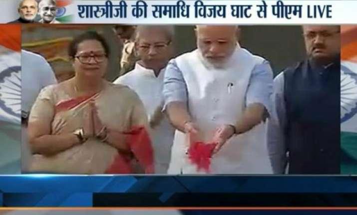 pm narendra modi pays floral tribute to lal bahadur shastri
