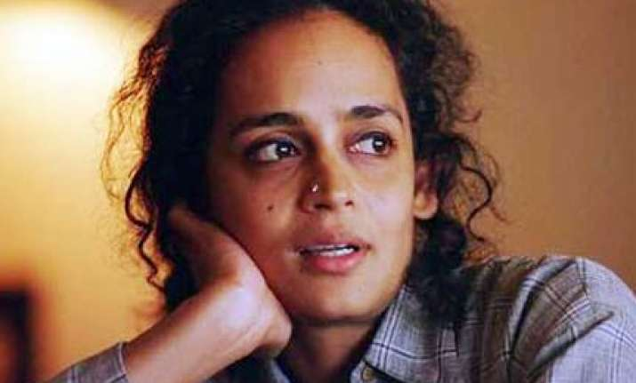 cong asks arundhati roy to withdraw kashmir statement