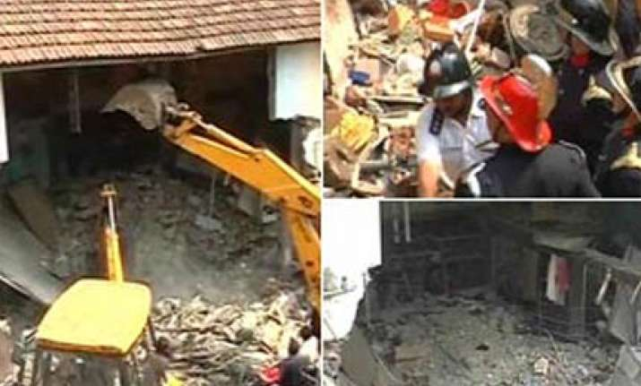 6 injured in building collapse in mumbai more feared trapped