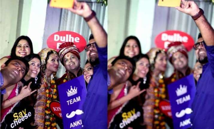 indian couple gets married with a selfie twist
