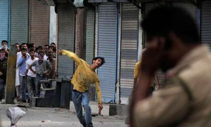 eight cops among 20 injured in fresh clashes in valley