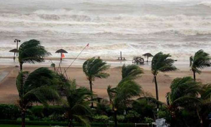 three killed as cyclone hudhud crosses visakhapatnam coast