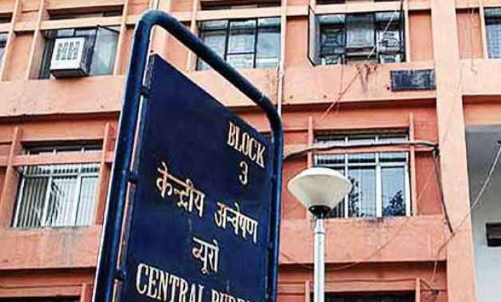 cbi arrests delhi police officer for taking bribe