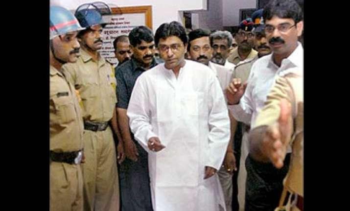 raj preaches marathi son picks english