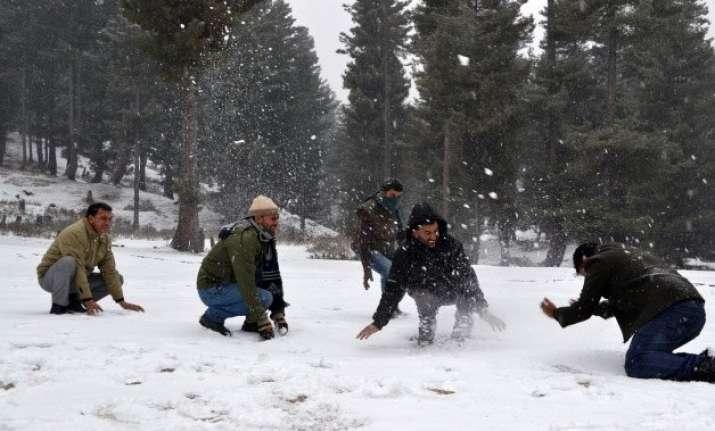 srinagar receives season s first major snowfall