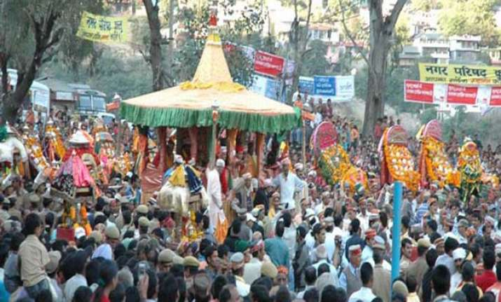 devotees throng himachal temples