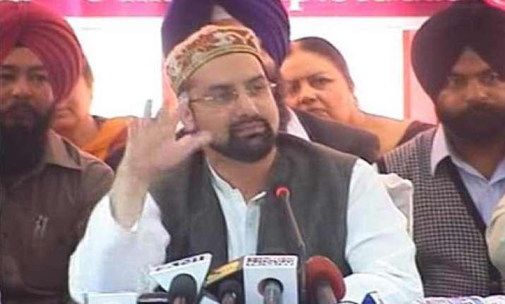 mirwaiz lone manhandled at seminar on kashmir 21 arrested