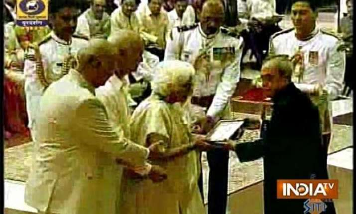 president confers bharat ratna on madan mohan malviya