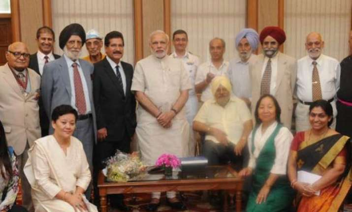 pm modi meets mountaineering team that scaled everest 50