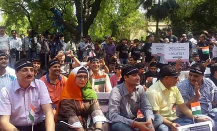 kashmiri pandits stage protest over issue of return to