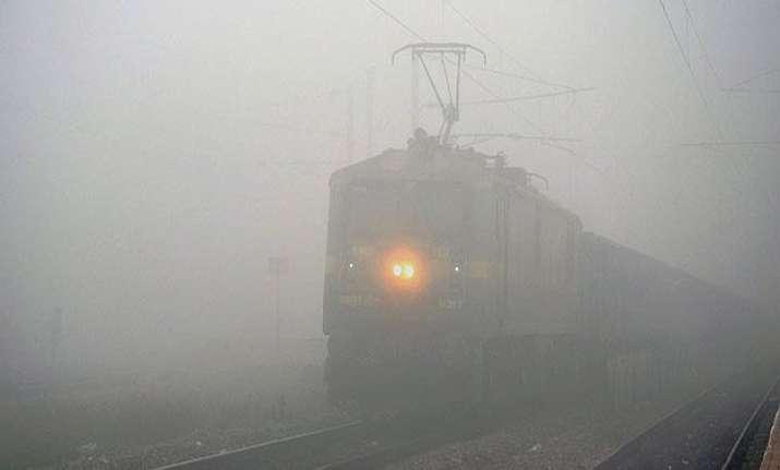 foggy morning in delhi delays 27 trains