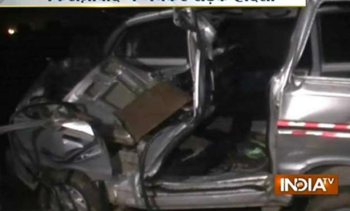 5 killed as car collides with truck in up