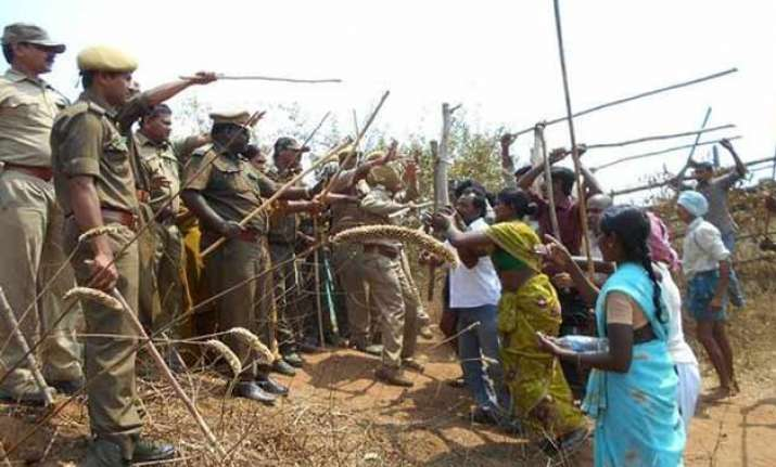 telangana 14 hurt in clash between forest officials farmers