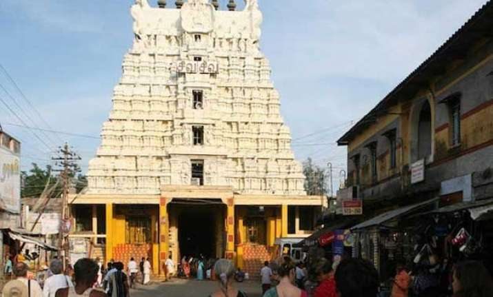 over 1 lakh devotees throng to ramanathaswamy temple on