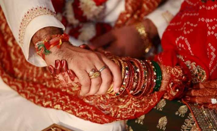 indians getting married at higher age fertility down census