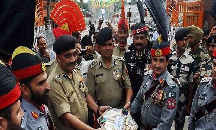 indian pakistani guards exchange diwali sweets