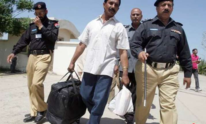 indian prisoner returns from pakistan after 27 years