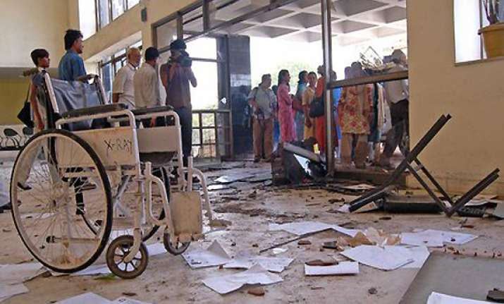 irate mob ransacks palghar hospital beat doctors in thane