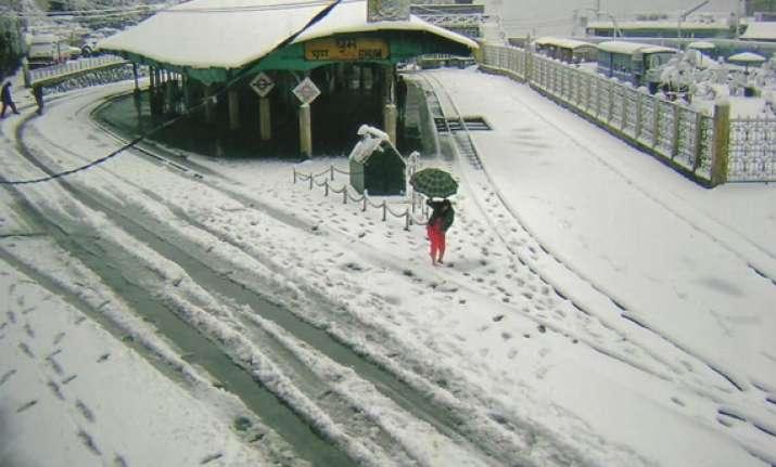 unseasonal snowfall in darjeeling 5 die in lightning strikes