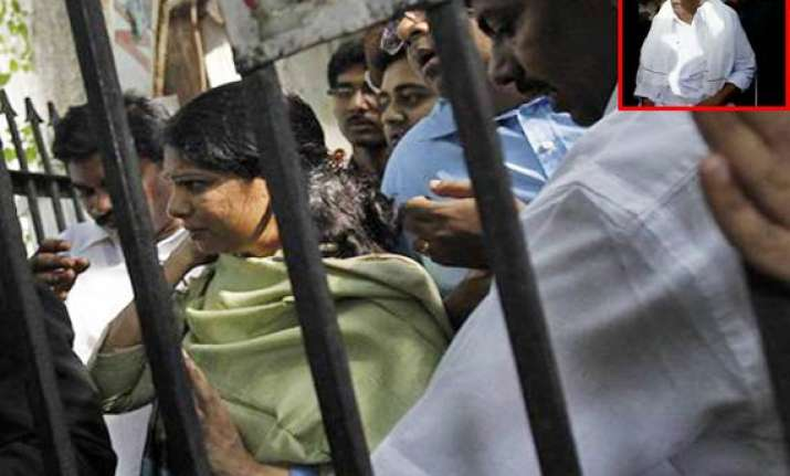 karuna meets kanimozhi in jail pc meets him at hotel