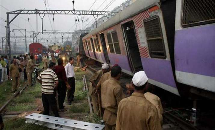 kasara bound local train derails in mumbai 1 dead