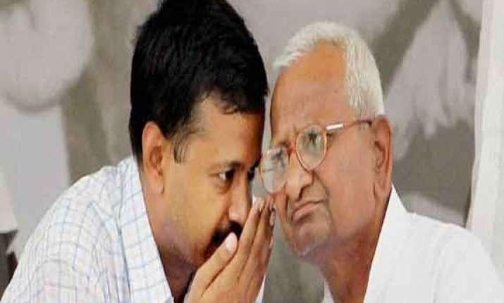 kejriwal meets hazare who has a jibe at delhi cm