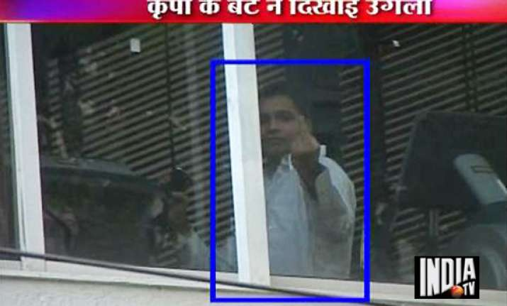 kripashankar s son shows finger to media