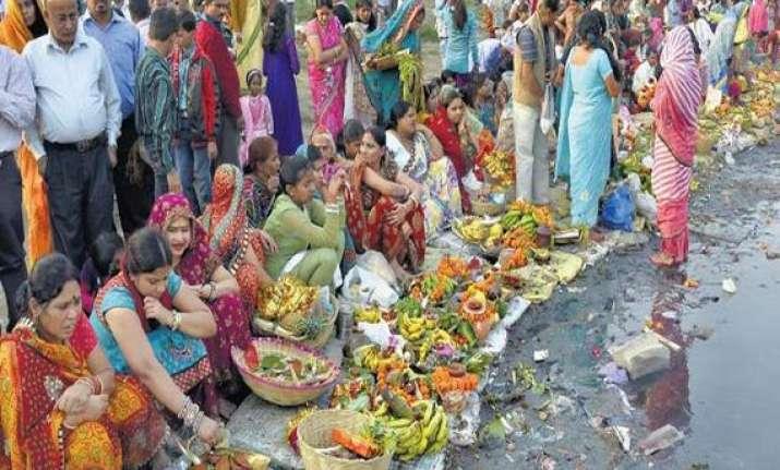 lakhs of devotees offer chhath pooja on yamuna bank in delhi