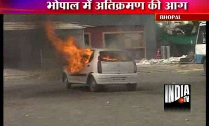 lathicharge teargas after bhopal residents resist demolition