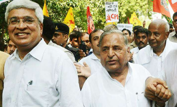 lok sabha polls mulayam to meet karat for floating third
