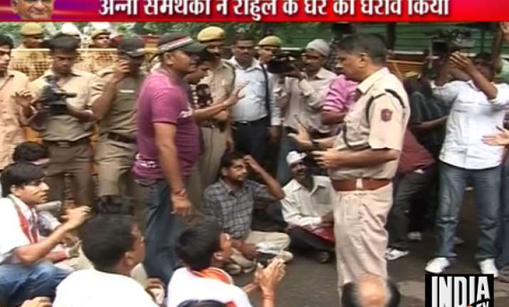lokpal bill protests outside rahul gandhi s residence