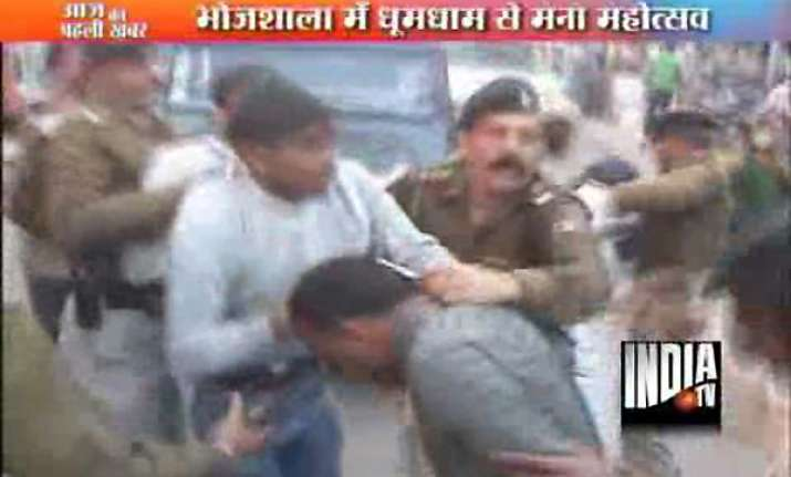 mp police beats up devotees during saraswati palki yatra