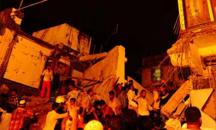 mahim collapse police names bmc officials shop owner