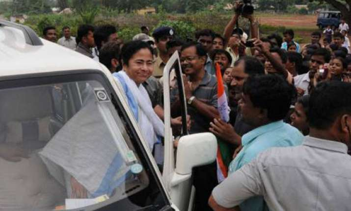 mamata asks maoists to lay down arms