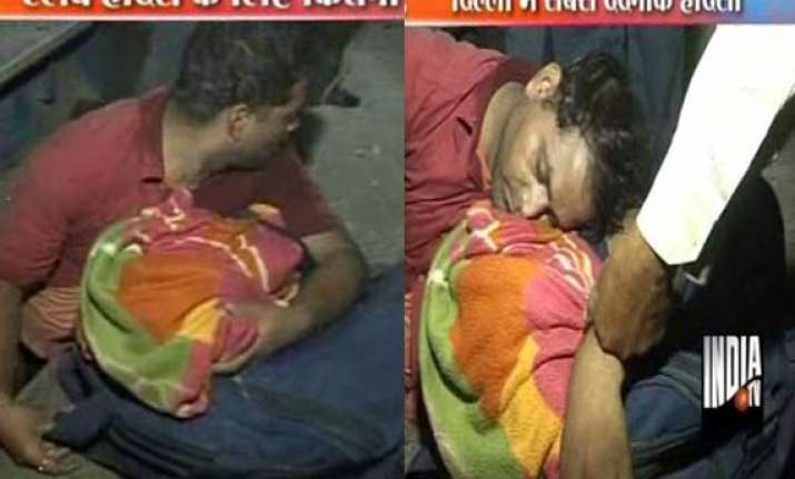 man dies trapped between platform and train at delhi
